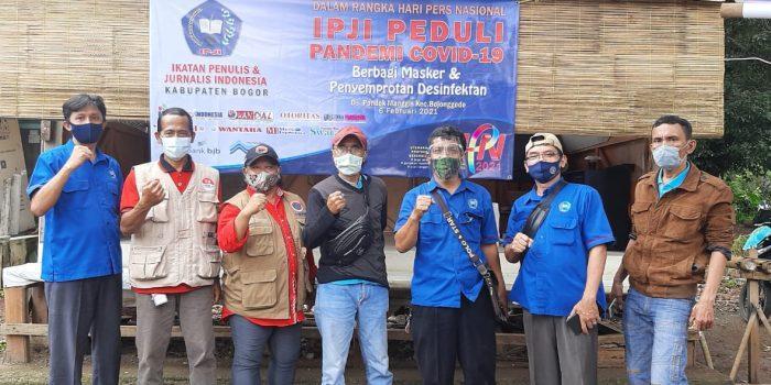 Jelang HPN Ke 75 IPJI Kabupaten Bogor Bagikan Masker dan Penyemprotan Disinfektan